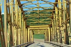 黄色钢桥梁 库存照片