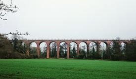绿色铁路桥 库存照片