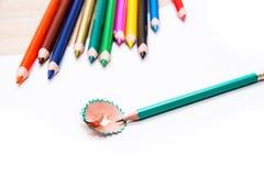 绿色铅笔和削皮 库存图片