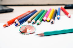 绿色铅笔和削皮 库存照片