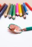 绿色铅笔和削皮 免版税库存照片