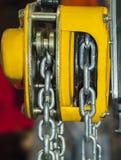 黄色链式起重机 免版税库存照片