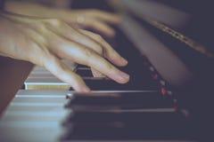 黑色键盘键钢琴行空白木 免版税库存照片