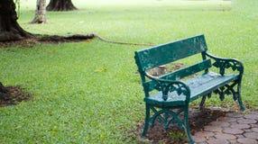 绿色长木凳在庭院里 单独和偏僻的概念 免版税库存图片