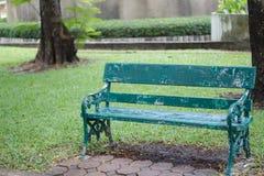绿色长木凳在庭院里 单独和偏僻的概念 免版税库存照片