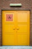 黄色门和生物危害品标志 免版税库存照片