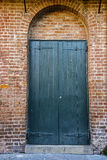 绿色门在砖拱道 图库摄影