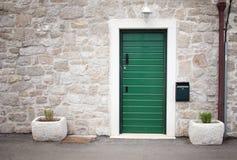 绿色门在老石房子里 图库摄影