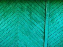 绿色门 木纹理 老破旧,被照耀的油漆 库存图片