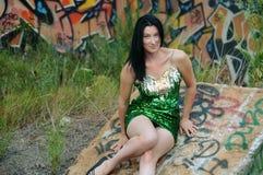 绿色闪光金属片的礼服和街道画的妇女 免版税库存图片