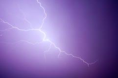 紫色闪电 免版税库存照片