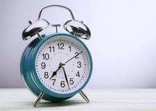 绿色闹钟早晨唤醒的时间 免版税库存照片
