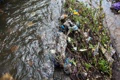 绿色附注污染水 在都市小河的垃圾 免版税库存照片
