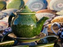 绿色陶瓷茶壶在布哈拉市场,乌兹别克斯坦 库存图片
