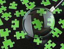 绿色难题和放大镜 库存照片