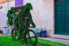 绿色雕塑在庭院里 免版税库存照片