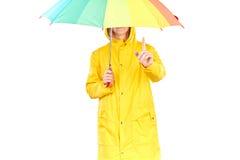 黄色雨衣的女孩 免版税库存图片