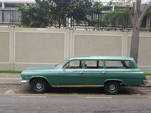 绿色雪佛兰因帕拉小型客车在利马 免版税库存照片