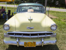 1954黄色雪佛兰正面图 库存图片