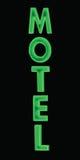 绿色霓虹汽车旅馆标志,被打开在晚上,大详细的垂直隔绝了特写镜头 免版税库存图片
