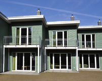 绿色露台的房子前面看法 免版税库存图片