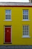黄色露台的房子 免版税图库摄影