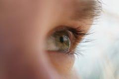 绿色青少年的女孩眼睛特写镜头侧视图 免版税图库摄影