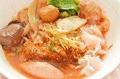 黄色面条用虾和鱼丸在红色汤中国语言叫雍Tau傅 库存图片