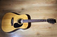 黄色音响12串吉他 免版税图库摄影