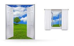 从绿色领域和天空的家的看法 免版税库存图片
