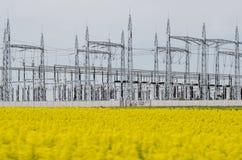 黄色领域的能源厂 库存图片