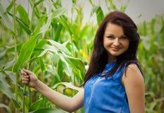 绿色领域背景的年轻美丽的女孩  库存图片