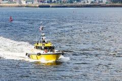 黄色领航船横穿海湾 库存图片