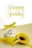 黄色题材杯形蛋糕和向日葵与愉快的星期天 免版税库存图片
