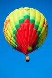 黄色飞行气球 免版税库存图片