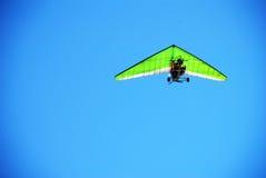 绿色飞过的deltaplane飞行 免版税库存图片