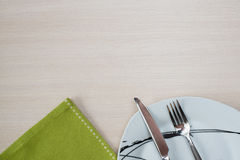 绿色餐巾刀子叉子板材 库存图片