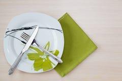 绿色餐巾刀子叉子 图库摄影