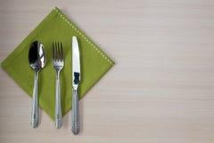绿色餐巾刀子叉子 库存图片