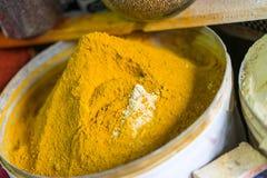 黄色香料罐 免版税库存图片