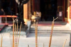 黄色香火黏附燃烧在黄大仙,中国寺庙,香港 免版税库存照片