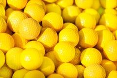 黄色高尔夫球堆的特写镜头图片 免版税库存图片