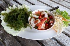 绿色鱼子酱服务用泰国样式海鲜沙拉 库存图片