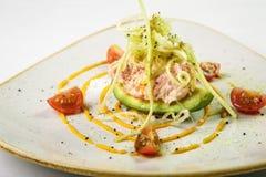绿色鲜美开胃菜用在盘的虾肉在白色backgrou 图库摄影
