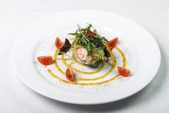 绿色鲜美开胃菜用在盘的虾肉在白色backgrou 免版税库存照片