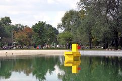 黄色鸭子雕塑在高尔基公园 绿色结构树 库存照片