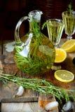 绿色龙蒿柠檬水投手一张木桌 库存照片