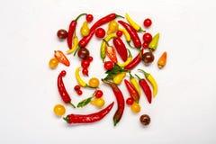 黄色,在白色隔绝的红辣椒和蕃茄 免版税库存照片
