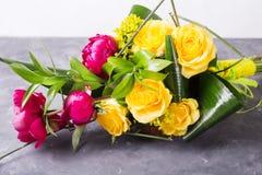 黄色,桃红色玫瑰花束  与五颜六色的花的静物画 新鲜的玫瑰 安置文本 花概念 新春天bouque 免版税图库摄影
