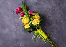 黄色,桃红色玫瑰花束  与五颜六色的花的静物画 新鲜的玫瑰 图库摄影